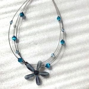 Jewelry - Wire necklace with blue beads, daisy flower